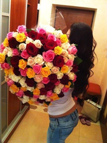 Фото девушки с большим букетом роз на аву вконтакте, в одноклассники