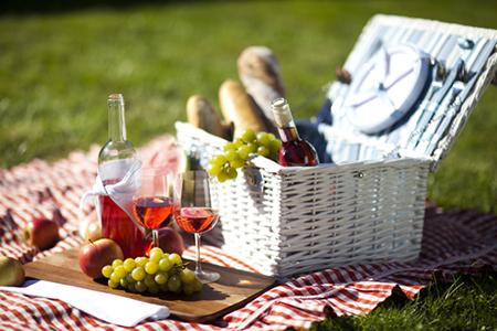 корзинка с продуктами для пикника